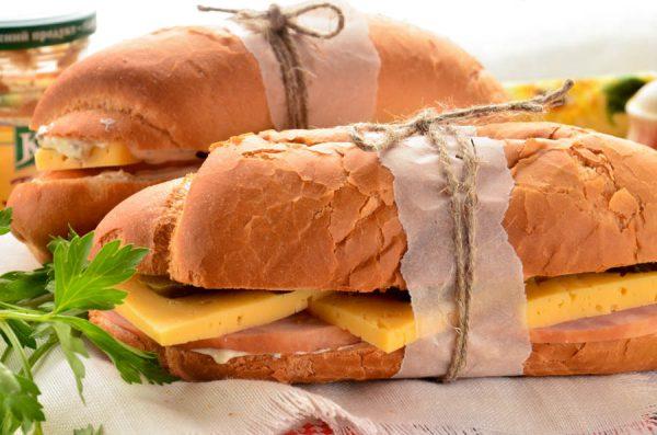 Багет с ветчиной, сыром и маринованным огурцом