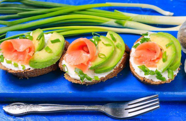 Бутерброды с красной рыбой и авокадо
