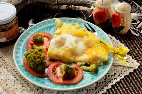Цветная капуста с картофелем и курицей в омлете