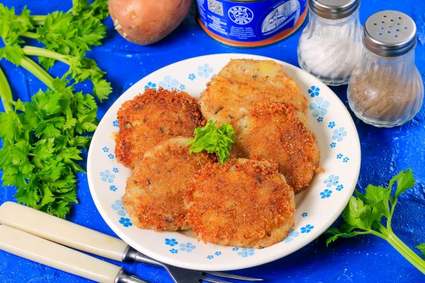 Котлеты из рыбных консервов с картофелем