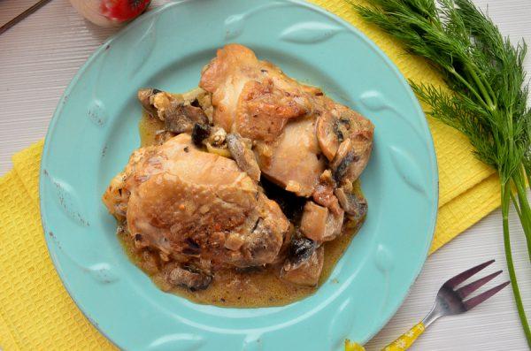 Куриные бедра, тушенные в сметанной подливе с грибами