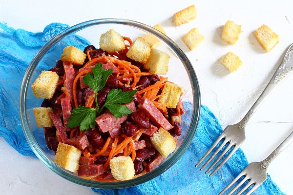 Салат с фасолью, сухариками, колбасой и корейской морковью