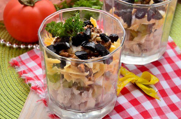 Салат с курицей, черносливом, грецкими орехами и сыром