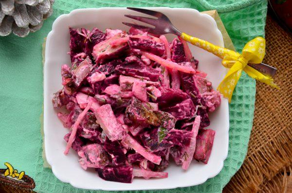Салат со свининой, свеклой и маринованным луком