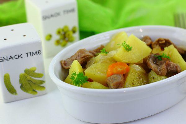 Картошка, тушенная с мясом в мультиварке