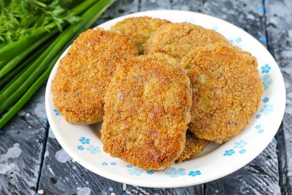 Котлеты из рыбных консервов с рисом и картофелем