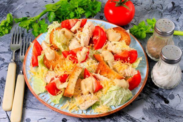 Салат Цезарь с курицей, пекинской капустой, сухариками и помидорами