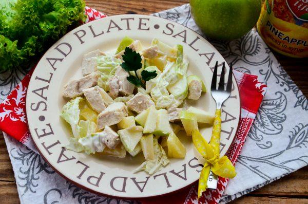 Салат с ананасами, курицей и яблоком