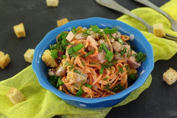 Салат с фасолью, сухариками и ветчиной