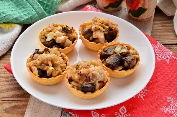 Тарталетки с грибами, курицей и сыром
