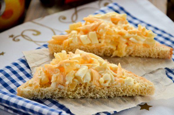 Бутерброды с ананасом, сыром и чесноком
