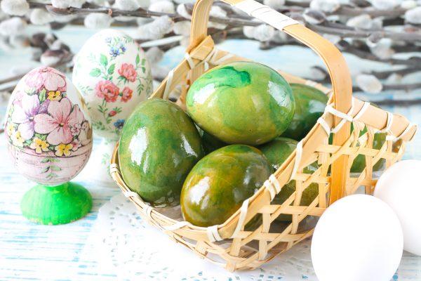 Как красить яйца в луковой шелухе с зеленкой
