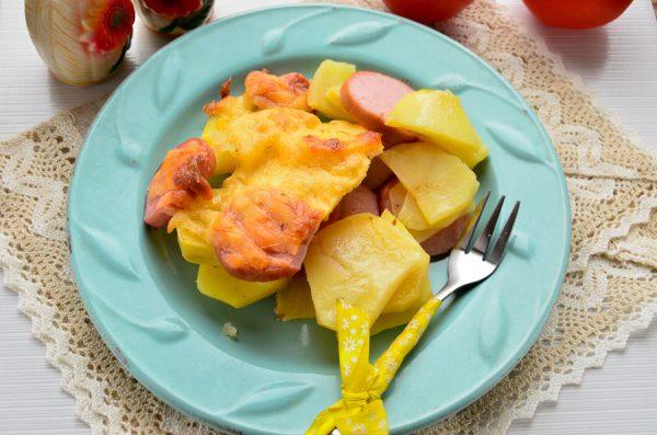 Картофель с сардельками под сыром в духовке
