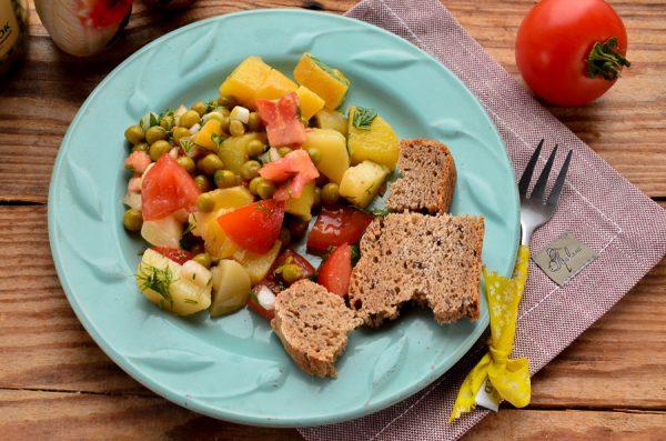 Постный салат с картофелем, помидорами и зеленым горошком