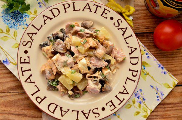 Салат с ананасами, копченой курицей и грибами