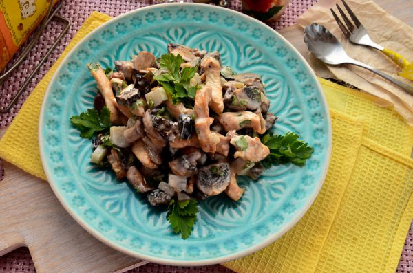 Салат с курицей, черносливом, грецкими орехами и шампиньонами