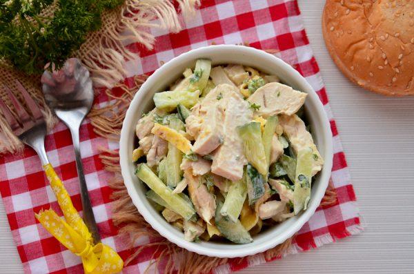 Салат с курицей, яичными блинчиками и огурцом