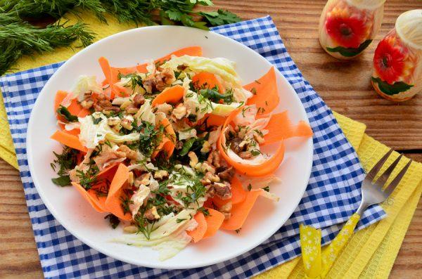 Салат с морковью, пекинской капустой и грецкими орехами