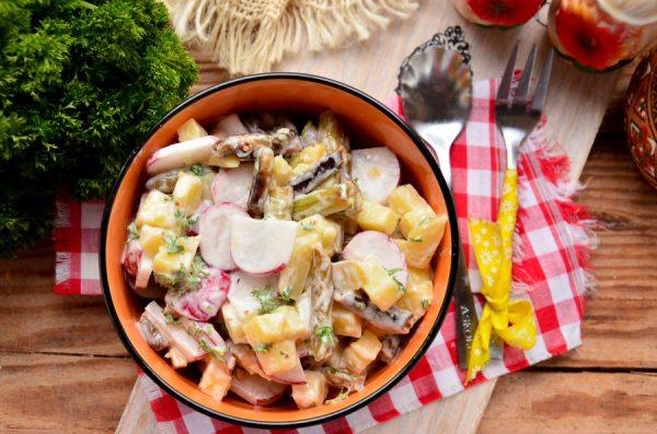 Салат с редисом и стручковой фасолью