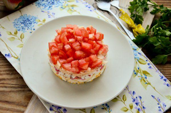Слоеный салат с крабовыми палочками и помидорами