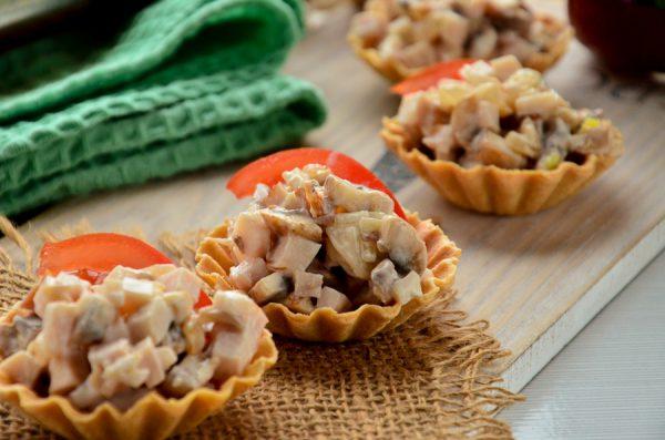 Тарталетки с грибами и копченой курицей