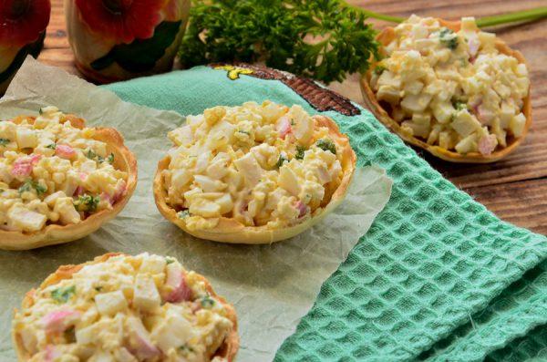 Тарталетки с крабовыми палочками, яйцом и сыром