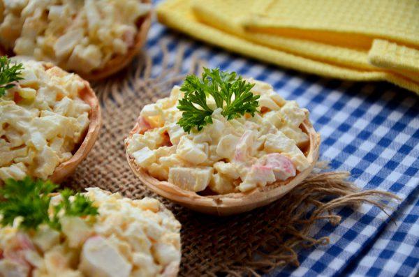 Тарталетки с крабовыми палочками, яйцом, сыром и чесноком