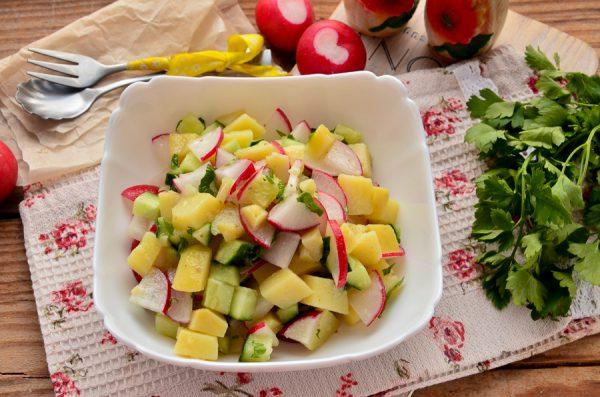 Весенний салат с картофелем, редисом и огурцом
