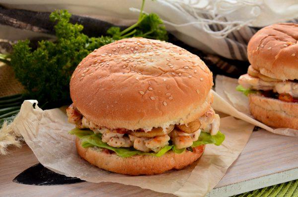 Бургер с рубленой куриной котлетой и грибами