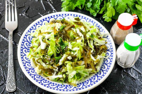 Салат из морской и белокочанной капусты