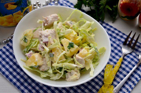 Салат с ананасами, курицей и капустой
