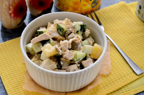 Салат с ананасами, курицей и маслинами