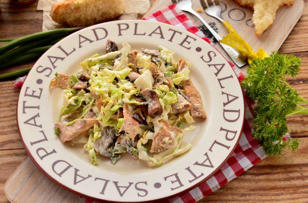 Салат с молодой капустой, грибами и омлетом
