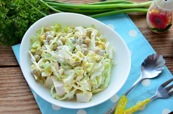 Салат с молодой капустой, курицей и зеленым горошком