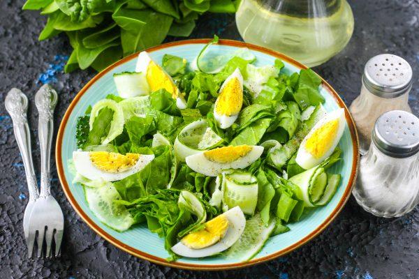 Салат со шпинатом, огурцом и яйцом