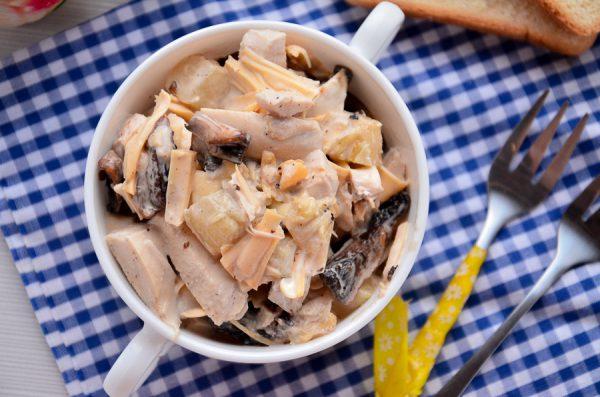Салат Вкусняшка с курицей, ананасами и грибами