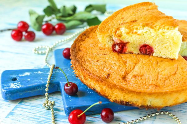 Бисквит с вишней