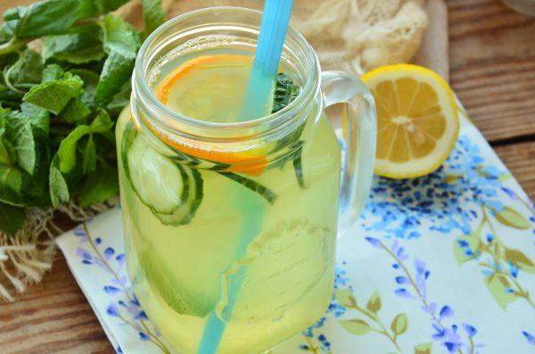 Лимонад из огурцов и апельсина