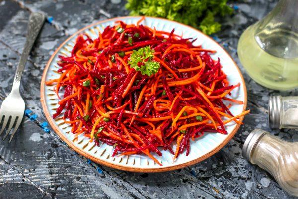 Салат из сырой моркови и свеклы
