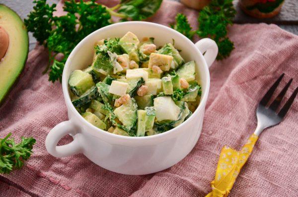 Салат с авокадо и кедровыми орешками