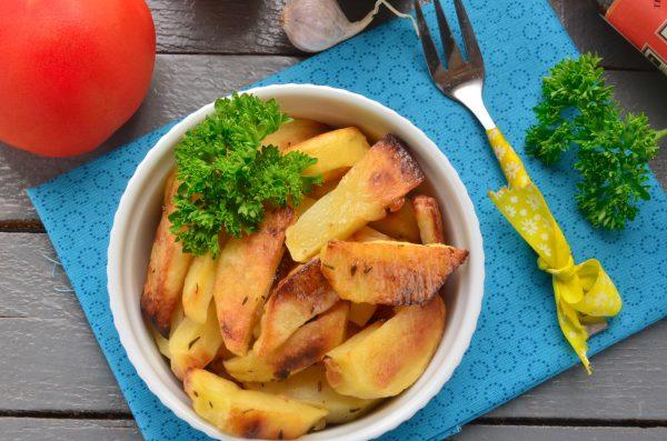 Молодой картофель, запеченный в духовке с чесноком