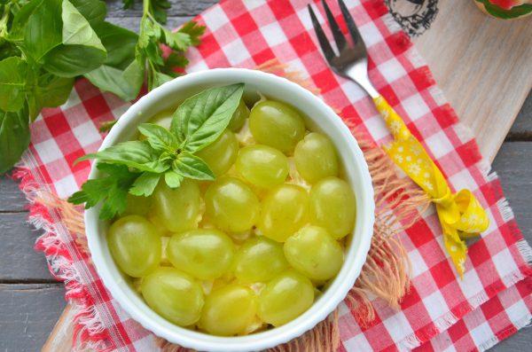 Салат с ананасами, курицей и виноградом