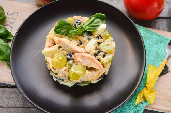Салат с курицей, черносливом и виноградом
