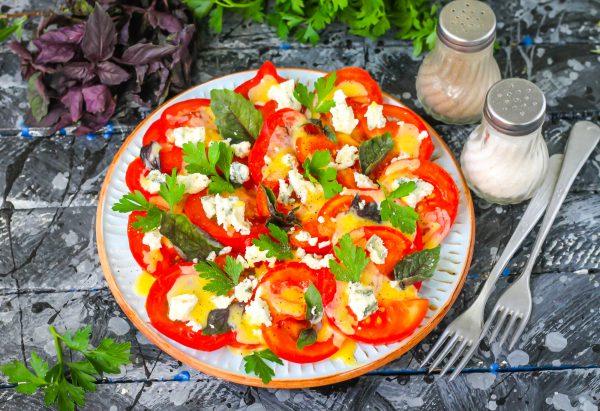 Салат с сыром дор блю и помидорами