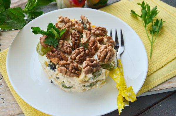 Салат с виноградом, курицей, грецкими орехами и черносливом
