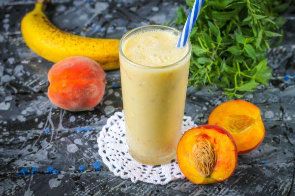 Смузи с персиком и бананом
