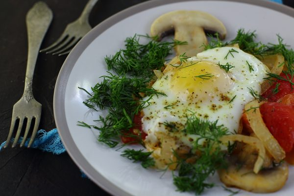 Яичница с грибами и помидорами