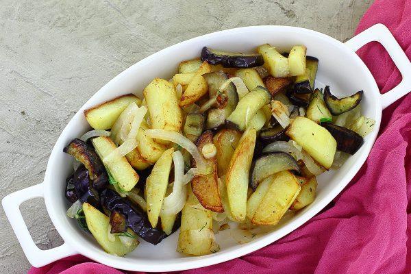 Картошка, жаренная с баклажанами