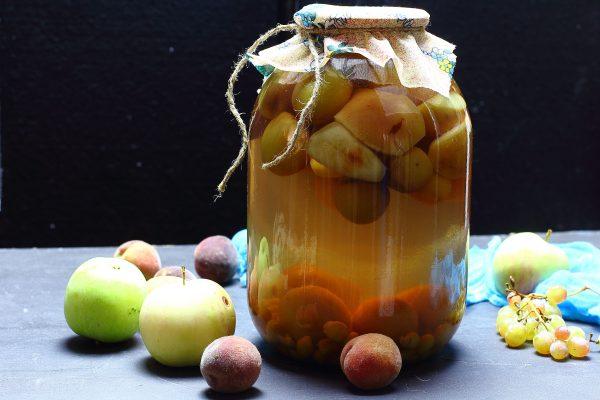 Компот из персиков с виноградом и яблоками на зиму