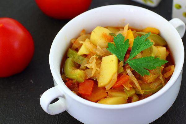 Овощное рагу с картошкой, капустой и кабачками